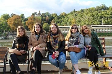 Girls sitting on the bench msmstudy.eu